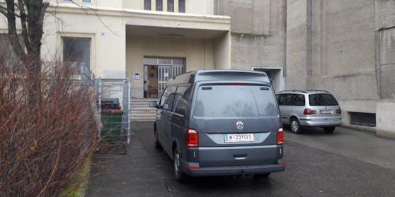 Mord-Alarm in Wien-Favoriten: Die Polizei ist am Stefan-Fadinger-Platz vor Ort.