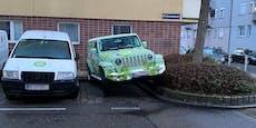 Jeep parkt auf Verkehrsinsel in Wien-Hernals