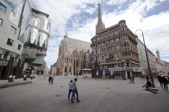Menschen am Stephansplatz: Im Dom und allen Kirchen dürfen wieder Gottesdienste besucht werden.