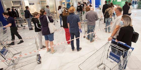 Der Lockdown sorgte für ein Plus für Supermärkte und den Online-Handel.