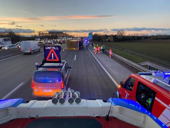Auf der Südautobahn kam es am Donnerstagmorgen zu mehreren Unfällen. Bei Wiener Neudorf kippte ein Lkw um, in der Gegenrichtung waren sieben Fahrzeuge in eine Massenkarambolage verwickelt.