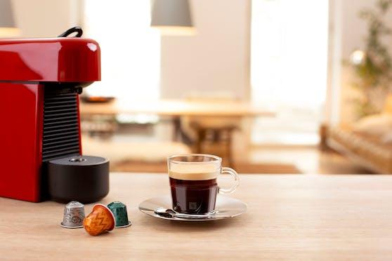 Jetzt mitspielen: Zu gewinnen gibt es auch eine Nespresso Essenza Plus Kaffeemaschine sowie 10 Kapseln der sechs Nespresso WORLD EXPLORATIONS Varietäten.