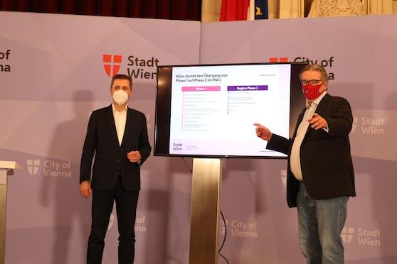 Der ärztliche Leiter des Wiener Gesundheitsverbund, Michael Binder (li.) und Gesundheitsstadtrat Peter Hacker (SPÖ) stellen den aktuellen Impfplan der Stadt vor.