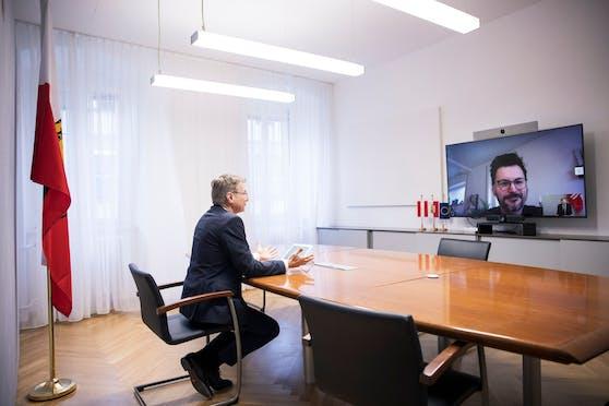 """""""Distance Interview"""": """"Heute""""-Reporter Armin Bach am Bildschirm vor LH Thomas Stelzer"""