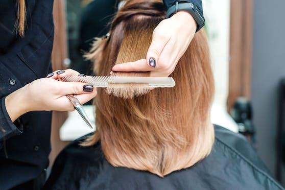 Den Weg zum Friseur gibt es vorerst nur mit einem negativen Corona-Test.