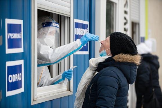 Die Universitätsklinik der Stadt Kosice meldete, dass der Anteil der Mutation in den dort zuletzt untersuchten Proben bereits auf mehr als 90 Prozent der positiven Testergebnisse gestiegen sei.
