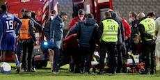 Spieler crasht mit Keeper, bewusstlos vom Feld gebracht