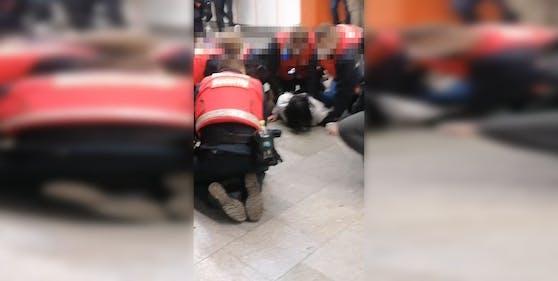 Die Security musste die tobende Frau am Boden fixieren.