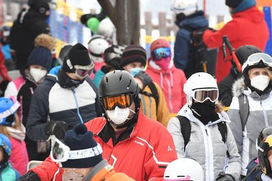 Warteschlange der Skifahrer am Schlepplift in Eberschwang.