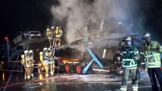 Bei Mannheim (D) ging am Freitag (05. Februar 2021) ein mit SUVs beladener Transporter in Flammen auf.
