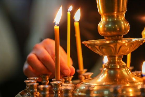 Bei einer rumänisch-orthodoxen Taufe wird der Kopf des Kindes in das Weihwasser getaucht - gleich drei Mal. (Symbolbild)