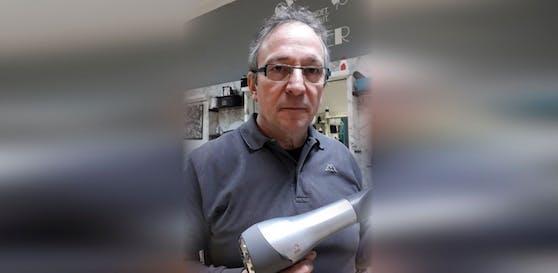 Friseurmeister Christian Bacher ist verärgert, Kunden haben ihren Termin abgesagt. Das Problem: der Corona-Test.