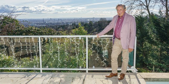 Richard Lugner auf seiner Terrasse mit Blick über Wien.
