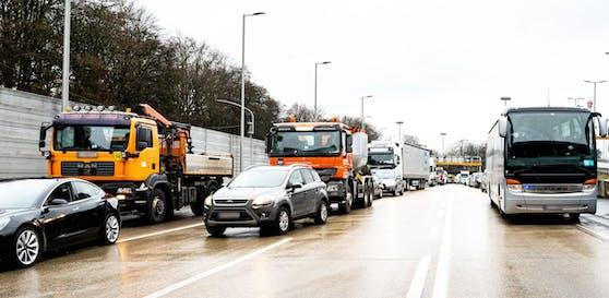 Nach einem Unfall mit vier Lkw im Bindermichl-Tunnel kam es zum Mega-Stau in Linz. Die Polizei errichtete für fast zwei Stunden eine Totalsperre.
