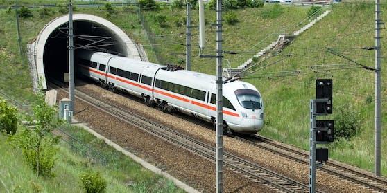 Bis einschließlich 7. Februar 2021 gab es auf der Weststrecke im Rahmen einer Notvergabe Zugverbindungen, die bei den ÖBB und der Westbahn bestellt und finanziert werden.