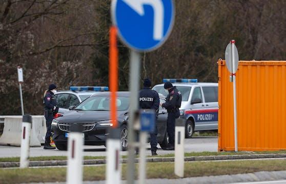 Grenzkontrolle an der Neuen Braunauer Grenze. Pendler sollen sich in Österreich testen lassen. Schuld ist die Bürokratie.