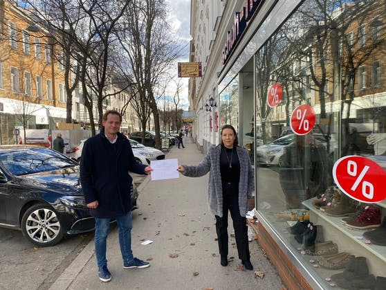 Klemens Resch (FP Döbling) mit Petitionsliste