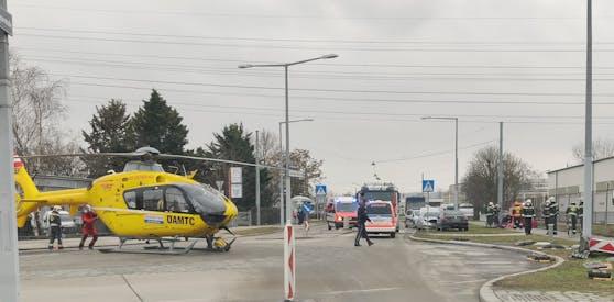 Die Wiener Berufsrettung rückte mit dem Hubschrauber an.