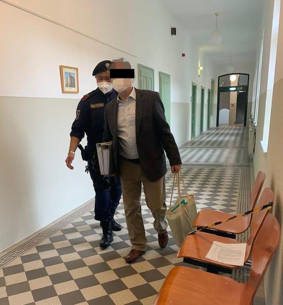Angeklagter am Weg in den Gerichtssaal