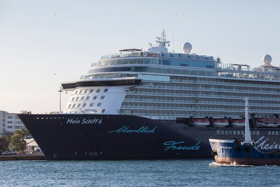 24 Personen mussten das riesige Kreuzfahrtschiff verlassen und wurden auf Gran Canaria in eine Quarantäne-Unterkunft gebracht.