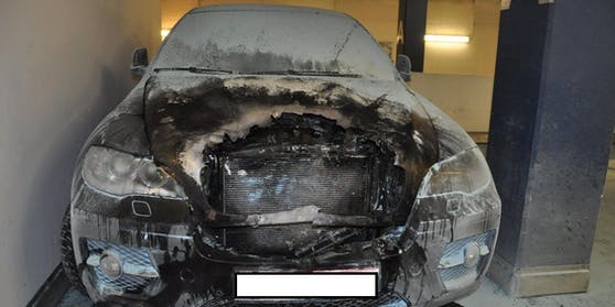 Insgesamt wurden sieben Fahrzeuge in der Garage beschädigt.