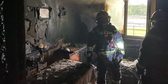 Bei einem Zimmerbrand in einem sechsstöckigen Mehrparteienwohnhaus in Wien-Liesing wurden drei Personen verletzt.