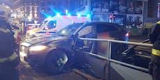 SUV bei Crash gegen Straßenbahn-Station geschleudert