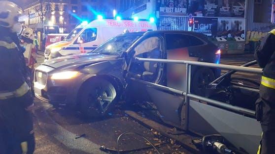 Eines der Fahrzeuge wurde gegen das Geländer einer Bim-Station geschleudert.Die Metallrohre bohrten sich in die Fahrerseite.