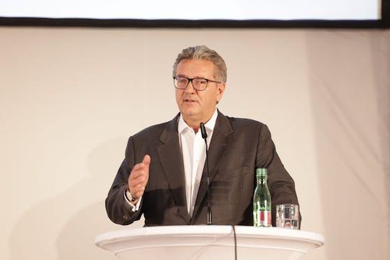 Wiens Gesundheitsstadtrat Peter Hacker (SPÖ) überlegt die Anstellung pflegender Angehöriger nach Burgenländischem Vorbild.