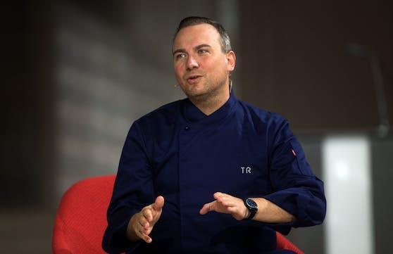 """Der 46jährige Sternekoch Tim Raue ist vor allem durch die TV-Show """"Kitchen impossible"""" auf dem Sender VOX bekannt."""