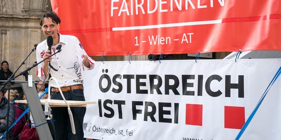 Martin Rutter bei derAnti-Corona-Kundgebung neben der Wiener Staatsoper in Wien am Montag, dem 26. Oktober 2020