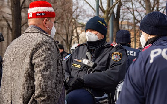 Teilnehmer einer Anti-Corona-Maßnahmen-Demo in Wien im Gespräch mit der Polizei