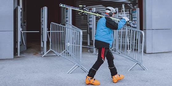Ein Skifahrer bei der Talstation der Hochzillertal Bahn aufgenommen am Donnerstag, 4. Februar 2021
