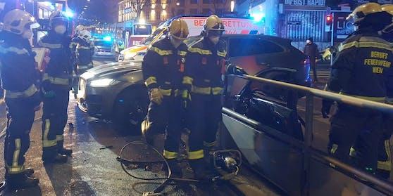 Der Lenker wurde eingeklemmt und musste mit einem hydraulischen Rettungsspreizer von der Wiener Berufsfeuerwehr befreit werden.