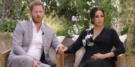 Meghan im Armani-Kleid (3.800 Euro) mit Halskette von Pippa Small (1.600 Euro), Cartier-Armreif (5.780 Euro) sowie einem Cartier-Armband (20.500 Euro), Erbstück von Prinzessin Diana.