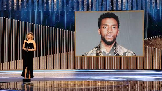 "Chadwick Boseman bekam posthum den Preis als ""Bester Schauspieler"" von Renée Zellweger verliehen."
