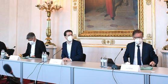 Beim Gipfel trugen die Anwesenden FFP2-Maske. Bundeskanzler Sebastian Kurz (ÖVP) wird von Vizekanzler Werner Kogler (li.) und Gesundheitsminister Anschober (beide Grüne) flankiert.