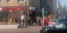 Wiener stürmen Bankfiliale, Polizei greift ein