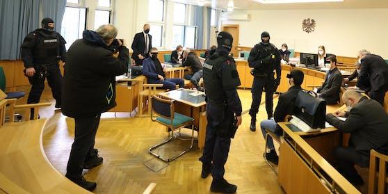 Die von Florian Kreiner (hinten stehend) und Alexander Philipp (hinten sitzend) verteidigten Sittenwächter vor Gericht