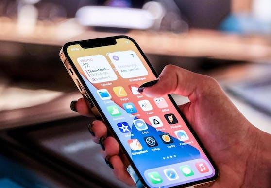 Besitzerinnen und Besitzer eines iPhones sollten iOS 12.5.2 schnellstmöglich installieren.