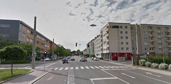 In Linz behinderte ein Lenker ein Rettungsfahrzeug. Der Mann war betrunken, sein Kind am Rücksitz nicht angeschnallt.