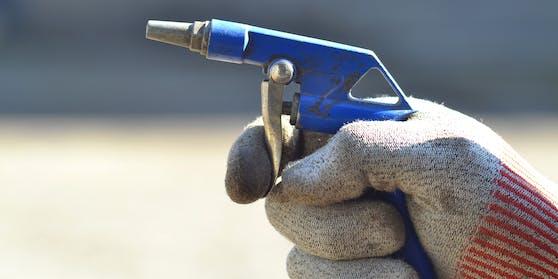 Druckluftpistole in der Hand eines Arbeiters. (Symbolbild)