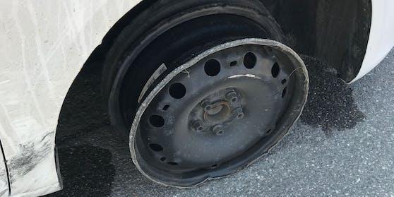 Die Autofahrerin dürfte einen Kanalschacht gestreift und dadurch den Reifen beschädigt haben.