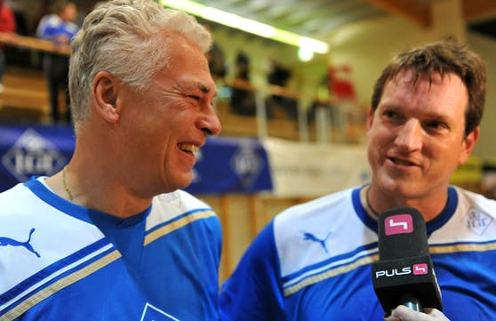"Andi Herzog gratuliert ""Spezi"" Toni Polster."