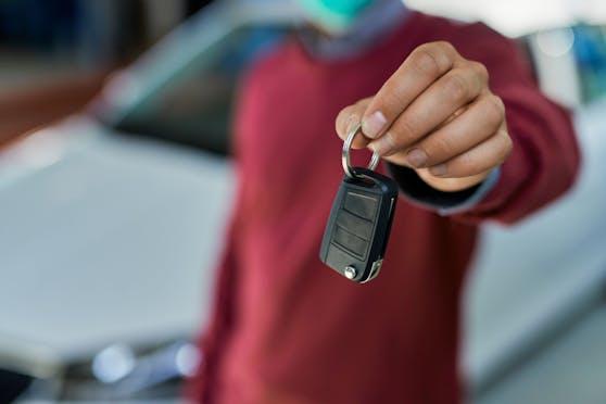 Ein Mann hält einen Autoschlüssel. (Symbolbild)