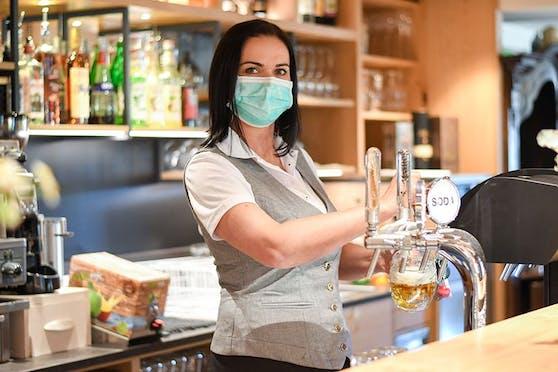 Kellnerinnen und Kellner mussten lange auf Trinkgeld verzichten. Nun kommt Hilfe.