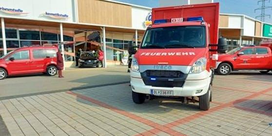In Deutschlandsberg krachte ein Pkw in ein Geschäftslokal.