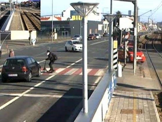 Der Rollerfahrer blieb verletzt auf der Straße liegen.