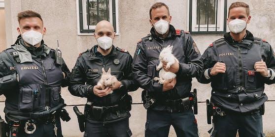 """Polizisten des Stadtpolizeikommandos Favoriten mit ihrer """"Beute"""""""