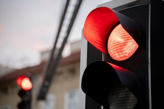 Eine rote Ampel. (Symbolbild)